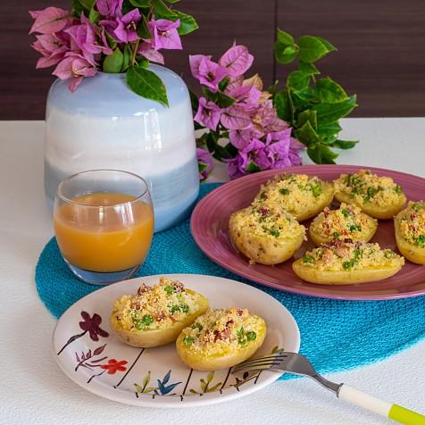 Patatas rellenas de cuscús con guisantes y tocino